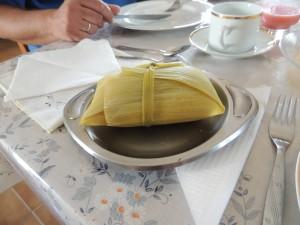 """De """"verpakking"""" van de maiskoek. Het wordt verpakt in maisbladeren en dan gekookt."""