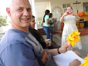René krijgt allemaal bloemetjes van de meisjes
