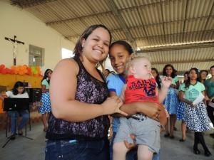 Mayara, 24 jaar (links), moeder van Mateus (2 jaar), werkt in het callcenter van het Casa do Menino. Rechts haar zusje.